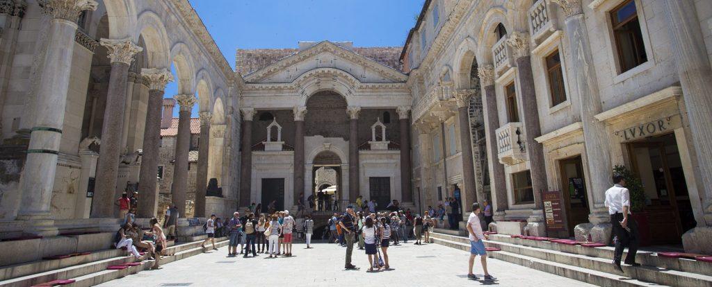 Het Peristil plein was van oorsprong de originele Romeinse binnenplaats
